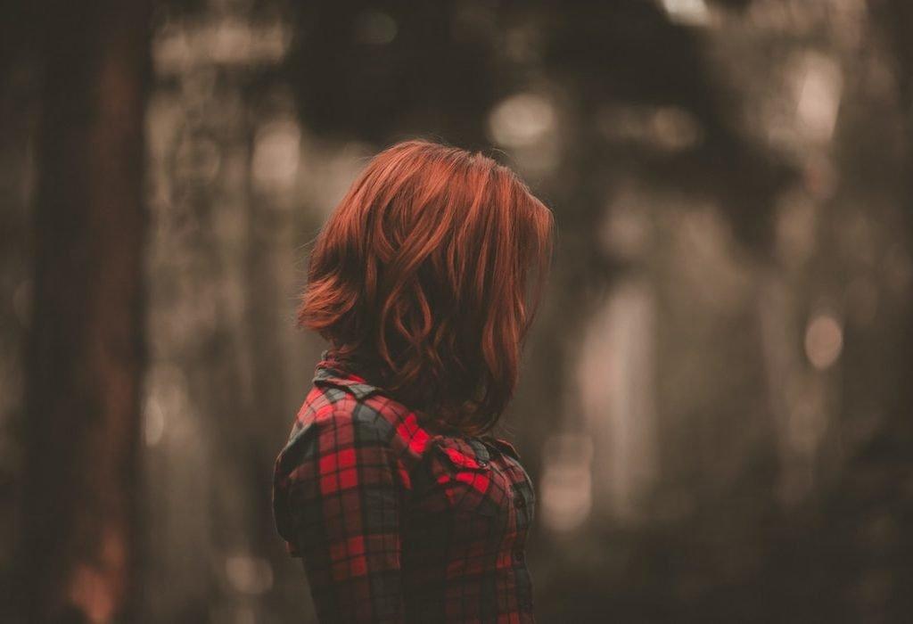 ragazza con capelli rossi nel bosco